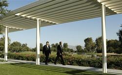 Barack Obama et son homologue chinois Xi Jinping ont promis samedi d'oeuvrer à la résolution des contentieux bilatéraux sur la sécurité informatique, sources de tensions récurrentes entre les deux premières puissances économiques mondiales. /Photo prise le 7 juin 2013/REUTERS/Kevin Lamarque