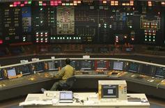 Salle de contrôle d'un réacteur nucléaire à Omaezaki, au Japon. La France ne fait pas pression sur le Japon, ni sur aucun autre pays, en matière d'énergie nucléaire, a déclaré samedi François Hollande à Tokyo. /Photo prise le 17 mai 2013/REUTERS/Toru Hanai