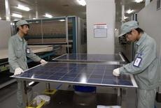 """Usine de production de panneaux solaires à Wuxi, en Chine. François Hollande a demandé samedi le règlement """"dans la discussion"""" de la querelle commerciale entre l'Europe et la Chine, qui sera évoquée lors du prochain Conseil européen fin juin. Pékin a répliqué cette semaine à la décision de la Commission européenne de taxer les panneaux solaires importés de Chine en ouvrant une enquête sur les importations de vin de l'UE. /Photo d'archives/REUTERS"""
