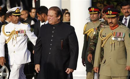 Pakistan's newly elected Prime Minister Nawaz Sharif (C) arrives to inspect the guard of honor during a ceremony at the prime minister's residence after being sworn-in, in Islamabad June 5, 2013. REUTERS/Mian Khursheed