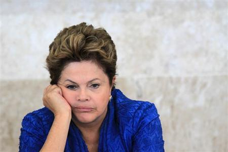 Brazil's President Dilma Rousseff attends the launching ceremony of sectoral plans for the mitigation of climate change at the meeting of the Brazilian Forum on Climate Change in Brasilia June 5, 2013. REUTERS/Ueslei Marcelino