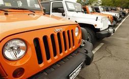 Fiat pourrait chercher un nouveau partenaire en Chine pour y produire sur place des Jeep, a déclaré l'administrateur délégué du groupe italien. Chrysler, le constructeur américain contrôlé par Fiat, prévoit de produire plus de 100.000 véhicules de la marque Jeep en Chine à l'horizon de 2004. /Photo d'archives/REUTERS/Kevin Lamarque
