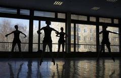 Bailarinas participam de aula na Academina de Balé Bolshoi em Moscow. Um importante dançarino de balé do Teatro Bolshoi, da Rússia, diz que está sendo expulso por causa de discussões com a administração após um ataque com ácido que quase cegou o diretor artístico do grupo e expôs rivalidades sobre papéis, poder e remuneração. 30/01/2012 REUTERS/Denis Sinyakov