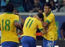 Oscar comemora com Neymar gol que marcou no amistoso da seleção com a França em Porto Alegre. O Brasil derrotou a França por 3 x 0, com gols de Oscar, Hernanes e Lucas. 9/6/2013 REUTERS/Paulo Whitaker