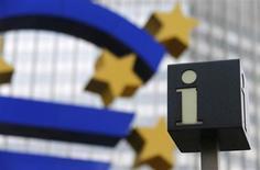 Символ информационного центра на фоне скульптуры евро и штаб-квартиры ЕЦБ во Франкфурте-на-Майне 5 февраля 2013 года. У программы скупки облигаций Европейского центробанка нет ограничений, сказал представитель банка в воскресенье, опровергая сообщение немецкой газеты, опубликованное в преддверии судебных слушаний по этой программе. REUTERS/Kai Pfaffenbach