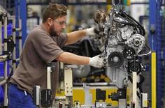 Рабочий собирает двигатель на заводе Smart Cars в Хамбахе 11 декабря 2012 года. Экономика Франции немного вырастет во втором квартале, положив конец кратковременной рецессии, считает центробанк страны. REUTERS/Vincent Kessler