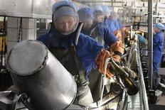 Рабочие на заводе по производству шампанских вин в Новом Свете в Крыму 6 октября 2011 года. ВВП Украины увеличился на 0,6 процента квартал к кварталу в первые три месяца года, сообщил Госкомстат. Данные подтвердили выход страны из рецессии: первоначальная оценка роста составляла 0,5 процента. REUTERS/Stringer