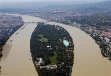 Вид на разлившийся Дунай в Будапеште 9 июня 2013 года. Столица Венгрии смогла избежать разрушительных последствий затопления: уровень воды в реке Дунай достиг в ночь на понедельник рекордно высокой отметки, но утром стал постепенно опускаться, заявил мэр города. REUTERS/Laszlo Balogh