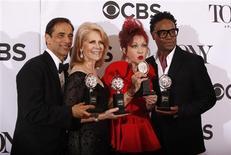 """Produtores Hal Luftig (E) e Daryl Roth com Cyndi Lauper e Billy Porter posam com seus prêmios pelo musical """"Kinky Boots"""" na premiação anual do Tony, em Nova York. 09/06/2013 REUTERS/Carlo Allegri"""