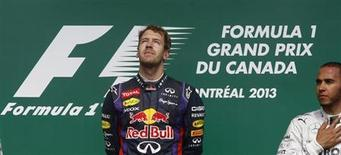 Piloto da equipe Red Bull, o alemão Sebastian Vettel sobe ao pódio após vencer o Grande Prêmio do Canadá de Fórmula 1, no circuito Gilles Villeneuve, em Montreal. O tricampeão Sebastian Vettel comandou outros pilotos numa homenagem a um fiscal de pista morto ao ser atingido por um guindaste durante o GP do Canadá de Fórmula 1, no domingo. 9/06/2013. REUTERS/Chris Wattie