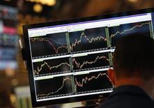 Трейдер сидит у экрана с рыночными графиками на фондовой бирже в Нью-Йорке 30 мая 2013 года. Американские рынки акций открылись ростом в понедельник. REUTERS/Brendan McDermid