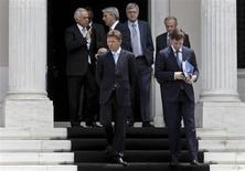 Глава Газпрома Алексей Миллер (в первом ряду, слева) выходит из резиденции греческого премьера Антониса Самараса в Афинах 21 мая 2013 года. Российский Газпром подтвердил, что решил не подавать заявку на участие в приватизации греческой газовой компании DEPA, объяснив отказ неуверенностью в будущем актива. REUTERS/John Kolesidis