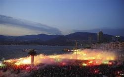 Manifestantes acendem sinalizadores durante protesto contra o governo na praça Gundogdu, na cidade de Izmir, na costa do mar Egeu, no oeste da Turquia. Protestos violentos em várias cidades da Turquia desde o final de maio têm levantado preocupações sobre a segurança dos próximos Jogos do Mediterrâneo, na cidade costeira turca de Mersin. 8/06/2013. REUTERS/Emre Tazegul