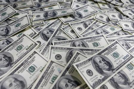 6月10日、米銀の商工業向け融資が2011年から2けたの伸びを続けており、米連邦準備理事会(FRB)の大規模な資産買い入れを背景に、今年に入りバブルの初期段階ではないかとの警戒が高まっている。写真は100ドル紙幣。ソウルで1月撮影(2013年 ロイター/Lee Jae-Won)