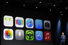 Особенности новой ОС iOS 7 от Apple отображаются на экране во время Apple Worldwide Developers Conference (WWDC) в Сан-Франциско 10 июня 2013 года. Apple Inc представил музыкальный онлайн-сервис iTunes Radio и новую мобильную платформу iOS 7, проведя мощнейшую за шесть лет существования смартфона iPhone реконструкцию операционной системы. REUTERS/Stephen Lam