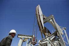 Станок-качалка на нефтяном месторождении Monterey Shale в Калифорнии 29 апреля 2013 года. Мировые запасы нефти вырастут на 11 процентов, если принять во внимание сланцевую нефть, говорится в докладе Управления энергетической информации США (EIA). REUTERS/Lucy Nicholson