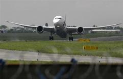 Boeing a relevé mardi sa prévision de demande mondiale d'avions pour les vingt prochaines années et estime que les compagnies aériennes auront besoin de 35.280 nouveaux appareils sur la période. /Photo prise le 1er juin 2013/REUTERS/Kacper Pempel
