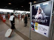 Пассажиры в терминале международного аэропорта в Ницце 7 февраля 2012 года. Французские авиадиспетчеры вышли во вторник на трехдневную забастовку, влившись в общеевропейскую акцию протеста против планов Евросоюза либерализовать гражданское воздушное пространство. REUTERS/Eric Gaillard