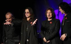 Музыканты рок-группы Black Sabbath (слева направо) Билл Уорд, Оззи Осборн, Гизер Батлер и Тони Айомми объявляют о воссоединении группы в Лос-Анджелесе 11 ноября 2011 года. Легендарная британская рок-группа Black Sabbath выпустит новый альбом, спустя 43 года после выхода первой пластинки Оззи Осборна и компании. REUTERS/David McNew