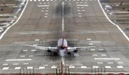 Самолет Southwest Airlines садится в аэропорту Сент-Луиса, Миссури 4 марта 2013 года. Boeing во вторник повысил на 3,8 процента прогноз спроса на реактивные гражданские самолеты на ближайшие 20 лет, отметив, что авиакомпаниям понадобятся 35.280 новых крылатых машин стоимостью около $4,8 триллиона, что приведет к удвоению мирового авиапарка. REUTERS/Tom Gannam