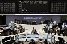 Les Bourses européennes accentuent leurs pertes mardi à mi-séance, les incertitudes concernant l'évolution des politiques monétaires des principales banques centrales pesant sur les marchés actions. À Paris, le CAC 40 cédait 1,61% vers 10h20 GMT. À Francfort, le Dax perdait 1,51% et à Londres, le FTSE reculait de 1,49%. L'indice paneuropéen EuroStoxx 50 affichait un repli de 1,70%. /Photo prise le 11 juin 2013/REUTERS/Remote/Marte Kiessling