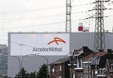 Le titre Arcelormittal (-2,65%) enregistre la deuxième plus forte baisse du CAC 40 à la mi-séance, les produits de base (-3,69%) accusant la plus forte baisse sectorielle en Europe dans le sillage des cours des métaux. Sur le SBF 120, Aperam lâche également 2,77% et Eramet 2,08%. /Photo prise le 18 septembre 2012/REUTERS/François Lenoir