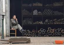 Продавец магазина бесшовных труб в Сянъяне в провинции Хубэй 7 октября 2009 года. Евросоюз собирается подать жалобу во Всемирную торговую организацию против китайских пошлин на стальные трубы, открывая новый фронт в стремительно развивающемся торговом конфликте с Пекином. Схожую претензию Китаю ранее предъявила Япония. REUTERS/Stringer