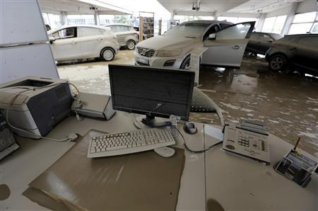 The reception desk of a formerly flooded car dealership is covered with mud after the floods of the nearby Danube river subsided in Fischerdorf, a suburb of the eastern Bavarian city of Deggendorf June 11, 2013. REUTERS/Wolfgang Rattay