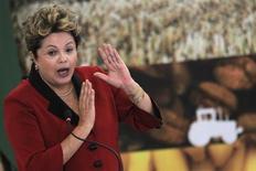 Presidente Dilma Rousseff gesticula durante a cerimônia do lançamento do Plano Safra 2013/14, em Brasília. Dilma seria eleita em primeiro turno se as eleições presidenciais fossem realizadas hoje, segundo dois cenários da pesquisa CNT/MDA divulgada nesta terça-feira. Mas, num quadro em que todos os candidatos fossem igualmente conhecidos pelos eleitores, ela poderia enfrentar um segundo turno para seguir no Palácio do Planalto por mais quatro anos. 04/06/2013 REUTERS/Ueslei Marcelino