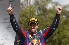 Piloto de Fórmula 1 da Red Bull, Sebastian Vettel comemora após vencer o GP do Canadá em Montreal. O tricampeão mundial de F1 ampliou seu contrato com a escuderia até o final de 2015, informou a equipe em comunicado nesta terça-feira. 09/06/2013 REUTERS/Chris Wattie
