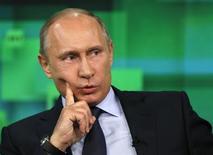 """Presidente russo Vladimir Putin é visto durante uma visita ao novo complexo de estúdios de um canal do canal de televisão """"Russia Today"""" em Moscou. A Rússia pode considerar conceder asilo ao norte-americano que expôs os programas secretos de vigilância do governo dos Estados Unidos, se ele solicitar, disse um porta-voz de Putin nesta terça-feira. 11/06/2013 REUTERS/Yuri Kochetkov /Pool"""