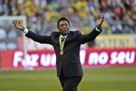 Brazil's soccer legend Pele acknowledges cheers from the audience as he enters Rasunda stadium in Stockholm, ahead of the friendly match between Sweden and Brazil, August 15, 2012. REUTERS/Fredrik Sandberg/Scanpix Sweden