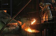 La production industrielle de la zone euro a augmenté de 0,4% en avril par rapport à mars, alors que les économistes s'attendaient à une baisse. Le rythme de croissance de la production industrielle d'avril a toutefois été freiné par une baisse de la production d'énergie et de produits de consommation durables. /Photo prise le 18 juin 2013/REUTERS/Yves Herman