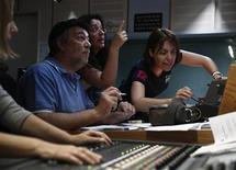 عاملون في تلفزيون إي.تي.في يحاولون بث برامجهم عبر الانترنت في مقر التلفزيون بأثينا يوم الأربعاء - رويترز