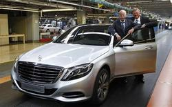 Dieter Zetsche (L), CEO of German carmaker Daimler, and Mercedes production boss Andreas Renschler pose with a new Mercedes-Benz S400 hybrid car in Sindelfingen near Stuttgart, June 12, 2013. REUTERS/Michaela Rehle