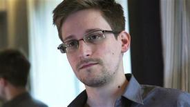 Edward Snowden, l'ex-employé de la CIA à l'origine des fuites sur des programmes de surveillance menés par le renseignement américain, est libre de quitter Hong Kong s'il le souhaite mais n'en a pas manifesté l'intention. L'informateur du Guardian et du Washington Post n'a pas encore été inculpé par la justice américaine et il ne fait l'objet d'aucune demande d'extradition mais si tel devait être le cas, il entend contester ces demandes devant la justice de Hong Kong et déposer en parallèle une demande d'asile politique. /Photo prise le 6 juin 2013/REUTERS/Glenn Greenwald/Laura Poitras/The Guardian