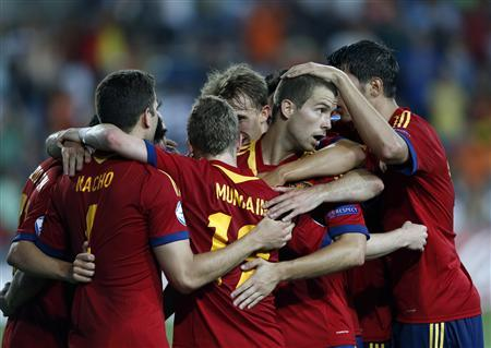 Spain's players (R) celebrate their third goal against the Netherlands during their UEFA European Under-21 Championship soccer match at Hamoshava stadium in Petah Tikva June 12, 2013. REUTERS/Ronen Zvulun
