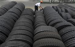 Apollo Tyres a annoncé mercredi le rachat de Cooper Tire & Rubber pour environ 2,5 milliards de dollars (1,9 milliard d'euros), transaction qui fera du groupe indien le septième fabricant mondial de pneumatiques et qui lui permettra d'être moins dépendant d'un marché automobile domestique en phase de ralentissement. /Photo d'archives/REUTERS