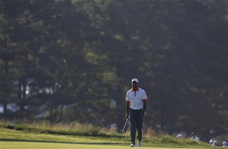 Tiger Woods of the U.S. walks on the 14th fairway during a practice round for the 2013 U.S. Open golf championship at the Merion Golf Club in Ardmore, Pennsylvania June 12, 2013. REUTERS/Matt Sullivan
