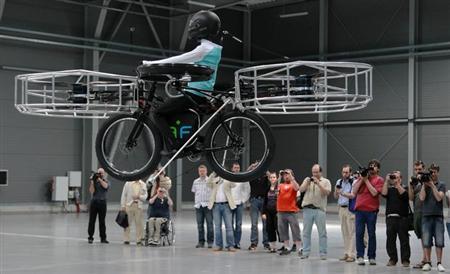 6月12日、チェコの首都プラハで、同国のデザイナーらが開発した「空飛ぶ自転車」が披露された(2013年 ロイター/Petr Josek)