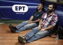 """Протестующие спят в штаб-квартире Греческой корпорации телерадиовещания (ERT) в АФинах 12 июня 2013 года. Греческие профсоюзы объявили в четверг всеобщую забастовку в связи с """"неожиданной смертью"""" Греческой корпорации телерадиовещания (ERT), отключенной властями посреди ночи. REUTERS/Yorgos Karahalis"""