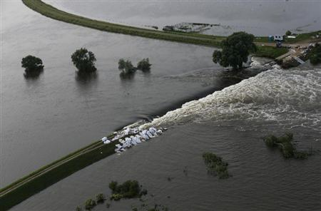 A picture shows a broken dam built to contain the swollen Elbe river during floods near the village of Fischbeck in the federal state of Saxony Anhalt June 12, 2013. REUTERS/Thomas Peter