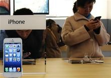Visitantes testam iPhone em loja da Apple, em Pequim. A Apple está analisando lançar iPhones com telas maiores, assim como modelos mais baratos e com várias cores, no próximo ano, disseram quatro pessoas com conhecimento do assunto. 28/03/2013 REUTERS/Kim Kyung-Hoon
