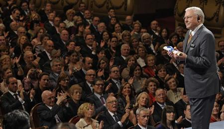 British naturalist David Attenborough acknowledges the applause after receiving the 2009 Prince of Asturias award for Social Sciences from Spain's Crown Prince Felipe during a ceremony at Campoamor theatre in Oviedo, northern Spain, October 23, 2009 file photo. REUTERS/Felix Ordonez