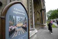 A l'entrée de l'abbaye de Westminster. La police britannique a arrêté jeudi un homme soupçonné d'avoir aspergé de peinture un portrait d'Elizabeth II, qui a dû être retiré de la salle du chapitre de l'abbaye de Westminster, dans le centre de Londres, où il était présenté. /Photo prise le 13 juin 2013/REUTERS/Paul Hackett