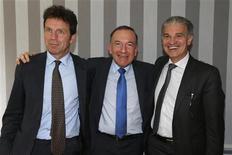 Pierre Gattaz (au centre) reste le seul candidat à la succession de Laurence Parisot à la tête du Medef à la suite du ralliement de ses deux rivaux Geoffroy Roux de Bézieux (à gauche) et Patrick Bernasconi, qui deviendront vice-présidents de l'organisation patronale. /Photo prise le 13 juin 2013/REUTERS/Charles Platiau