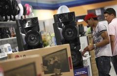 Consumidores examinam equipamento de som em loja da Casas Bahia, em São Paulo. As vendas no varejo brasileiro tiveram alta de 0,5 por cento em abril ante março, e registraram elevação de 1,6 por cento em relação a igual mês de 2012, informou o Instituto Brasileiro de Geografia e Estatística (IBGE) nesta quinta-feira. 7/02/2013. REUTERS/Nacho Doce