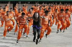 """Des détenus de la prison de Cebu, aux Philippines, qui ont accédé à la célébrité sur YouTube en dansant sur """"Thriller"""" de Michael Jackson, font aujourd'hui leurs débuts sur grand écran dans un film traitant des changements mis en place dans le pénitencier. /Photo d'archives/REUTERS/Erik de Castro"""