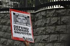 Un manifestante protesta en apoyo a Edward Snowden en las afueras del consulado de Estados Unidos en Hong Kong, jun 13 2013. Investigadores estadounidenses comenzaron una búsqueda urgente de Edward Snowden días antes de que se publicaran los primeros reportes de medios sobre los programas secretos de vigilancia del Gobierno, dijeron personas familiarizadas con el asunto el miércoles. REUTERS/Bobby Yip