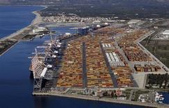 """Le port italien de Gioia Tauro, dans la région de Calabre. L'Italie promet jeudi de respecter """"totalement"""" son objectif de maintient du déficit budgétaire sous la barre des 3% du PIB cette année. Mais, selon la plupart des observateurs, la contraction de l'économie italienne cette année devrait être bien plus marquée que le recul de 1,3% du PIB retenu par le gouvernement, ce qui rendra l'objectif de déficit budgétaire difficile à atteindre. /Photo d'archives/REUTERS/Alessandro Bianchi"""
